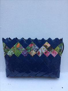 Clutch laget av bokbind og blomsterbilder fra Familien.