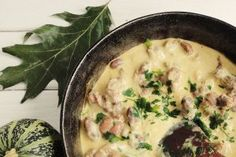 Inimi si pipote in sos de smantana cu usturoi Romanian Food, Cheeseburger Chowder, Meal Planning, Food And Drink, Soup, Chicken, Dinner, Cooking, Ethnic Recipes