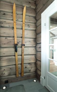 Et par gamle ski gjør seg godt på en vegg behandlet med Tyrilin Interiørbeis i farge 26 Gråtonet, her vist avstrøket.