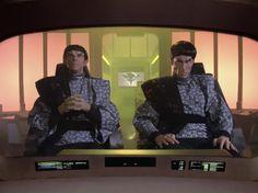 Die Enterprise entdeckt einen alten Satelliten, auf dem sich drei Menschen in Stasis befinden. Während sich die Crew mit den drei beschäftigt, begibt sich die Enterprise zur Romulanischen Neutralen Zone. Während Picard auf einer dringenden Konferenz ist, entdeckt die Enterprise eine uralte Sonde von der Erde, die sich auf einem Kollisionskurs mit einem Planeten befindet. Data will nun die Sonde untersuchen, da sich so eine Gelegenheit nicht wieder anbieten wird, findet aber zunächst nicht…