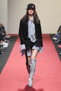 Korean Fashion Trends you can Steal – Designer Fashion Tips Couture Fashion, Runway Fashion, Fashion Models, Fashion Show, Fashion Design, Korean Fashion Trends, Korean Street Fashion, Asian Fashion, Hong Kong Fashion