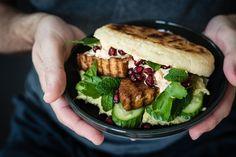 pfannen-pita-brote, gefüllt mit orientalisch eingelegten veggie frikadellen, joghurtsauce mit harissa und feta, avocado hummus und gurken-minz-granatpfelsalat