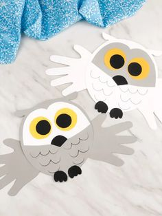 Looking for a fun winter craft idea for the kids to make? This easy handprint snowy owl craft is simple and cheap, plus it comes with a free template! Animal Crafts For Kids, Winter Crafts For Kids, Art For Kids, Winter Fun, Fall Crafts, Kids Crafts, Owl Templates, Applique Templates, Applique Patterns
