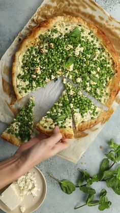 Indian Vegetarian Recipes 58376 A winning trio that will not cease to surprise you! Ingredients: Puff pastry, peas, feta, cream, mint Find the full recipe on jow.fr or the Jow app Vegetarian Breakfast Recipes Indian, Vegetarian Recipes Videos, High Protein Vegetarian Recipes, Indian Food Recipes, Healthy Recipes, Turkey Burger Recipes, Feta, Vegetable Pizza, Food Videos