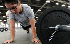 El 'crossfit' es un programa de entrenamiento basado en ejercicios funcionales en los que se trabajan los músculos en su conjunto y no de manera aislada. En una sesión de 'crossfit' de unos 50 minutos de duración se realizan circuitos de ejercicios de alta intensidad con un breve tiempo de descanso