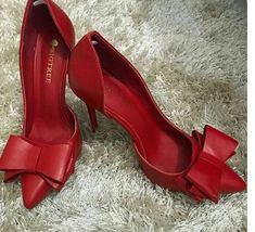 Love the large bows on these red pumps! Fab Shoes, Dream Shoes, Pretty Shoes, Crazy Shoes, Beautiful Shoes, Cute Shoes, Me Too Shoes, Women's Shoes, Shoe Boots