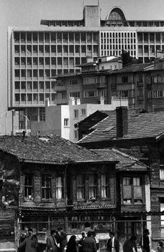 Ara Güler-in siyah beyaz İstanbul-u Şehzadebaşı Belediye Binası ve Aksaray'a doğru inen yapılar