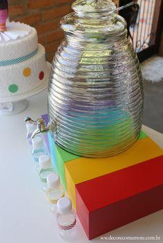Festa Divertida Mente by Decore & Comemore // Mesa decorada papelaria e peças nas cores de cada personagem. Suqueira de vidro para locação.