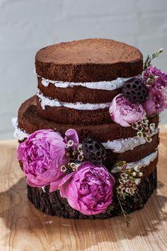 Голый торт на колоде украшенный пионами - идеальный вариант для свадьбы в деревенском стиле