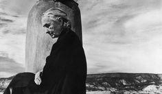 """砂漠のジョージア・オキーフ「筆をとらずただの女だった3日間」写真家の記憶、""""現代美術の母""""の知らない女性像----   彼女はヘビの尾っぽをマッチ箱に隠し持っていた。彼女は一面の荒野に臨む屋根に腰掛け、ぴんと背筋を伸ばしていた。そ…"""