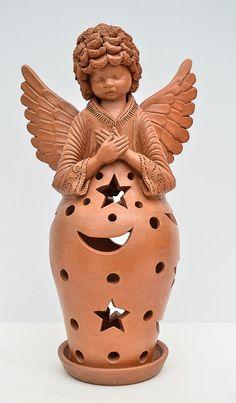 ANTONIO PIMPO- Luminária de mesa representando anjo. Bojo vazado na parte inferior, decorado com meia lua e estrelas. Altura 40,5 cm. Arte Popular, Pottery Angels, Ceramic Angels, Brown Decor, Angel Ornaments, Clay Art, Folk Art, Sculpting, Statue