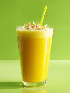 Que les parece este batido de mango, piña con agua de coco para empezar tu dia... AA pero porsupuesto no se olviden de agregarle mucho hielo y una toque de miel..