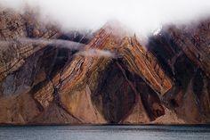 History V  //East coast of Greenland  グリーンランド東海岸の地層に見られる見事な褶曲。英国の Knock 夫妻が船から撮影。現在は安定陸塊に属する地域であり,褶曲は数億年前の地殻変動で形成。  https://twitter.com/ogugeo/status/290302985307828225