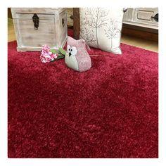 Alfombra sintética de poliéster a la medida disponible en 25 colores. De hilo corto y base antideslizante, una alfombra ligera y flexible.