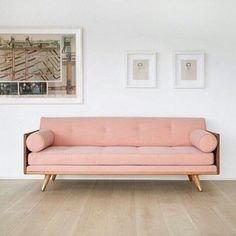 Regram da @marthastewart com esse #sofá lindo em um tom de rosa antigo! A decoração da sala fica bem mais interessante.  #decoração #sala