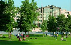 Parc André Citroën. Le parc se divise en trois parties thématiques : le jardin Blanc, le jardin Noir et un grand parc central. Le visiteur découvre de nombreux arbres exotiques et des plantes rares, deux serres monumentales et bien d'autres surprises.