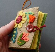 Poster says: Felt Needle Book Tutorial. I saw Mary Todd Lincoln's needle book at the Lincoln Museum in Springfield, IL and now I just have to make one! Felt Crafts, Fabric Crafts, Sewing Crafts, Sewing Projects, Diy Crafts, Sewing Kits, Sewing Case, Needle Case, Needle Book