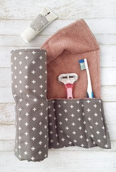 DIY Toothbrush Travel Wrap Travel in style with a DIY toiletry wrap! DIY Toothbrush Travel Wrap Travel in style with a DIY toiletry wrap! Sewing Hacks, Sewing Tutorials, Sewing Crafts, Sewing Tips, Diy Crafts, Diy Gifts Sewing, Makeup Bag Tutorials, Sewing Basics, Diy Quilted Gifts