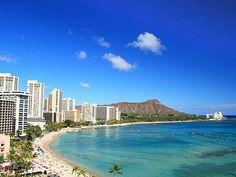 エメラルドグリーンの海と白い砂浜、そして後方にそびえるダイヤモンドヘッド。この景色に魅せられてハワイを訪れる人も多いはず