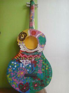 Kytara z kartonu pomalovaná temperovými barvami