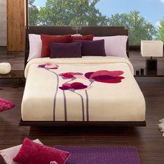 MANTA VIP`550 Mantas dormitorio modelo Vip 550 que nos presenta la empresa Manterol. Disponemos también de esta manta en tres tamaños diferentes para que queden perfectas en su cama. El diseño de esta manta es muy divertido pero a la vez elegante. Sobre el fondo beige de lamanta encontramos un ramillete de flores de un color característico.