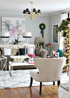 Kristin Cadwallader's classic holiday home with a modern spin and pop of color. Home Living Room, Living Room Decor, Living Spaces, Small Living, Modern Living, Home Interior, Interior Decorating, Interior Design, Living Room Inspiration