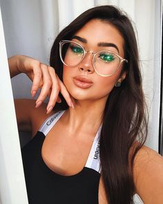 Are you aware of the dangers of blue light and how you should wear blue light blocking glasses? Flat Top Sunglasses, Round Lens Sunglasses, Cute Sunglasses, Sunglasses Women, Sunglasses Shop, Fake Glasses, Girls With Glasses, Glasses Frames, Womens Fashion Online