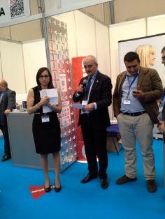 Las marcas expositoras colaboraron entregando múltiples premios a los asistentes. José Aybar anfitrión y Pilar mano inocente...