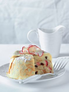 Nasmažte kopec palačinek a vytvořte z nich neobvyklý dezert plněný jablky a vanilkovým krémem. Sugar Bowl, Bowl Set, Vanilla Cake, Food, Essen, Meals, Yemek, Eten