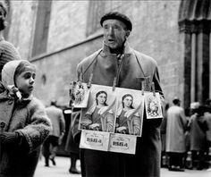 Buscarse la vida. Barrio Gótico, Barcelona, 1961 / Getting By. Gothic Quarter, Barcelona, 1961 | La vida atrapada al vuelo - Eugeni Forcano