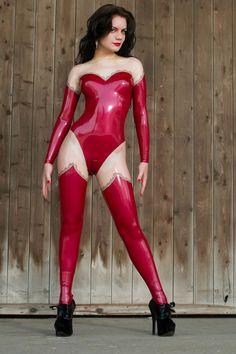 Ein Ganzanzug mit exklusivem Anspruch. Erst auf den zweiten Blick ist zu erkennen, dass es sich hier um einen kompletten Ganzanzug handelt und nicht um Body, Strümpfe und Armstulpen. Gönnen sie sich das filigrane Spitzendekor - es macht ihren Anzug zu etwas ganz Besonderem.