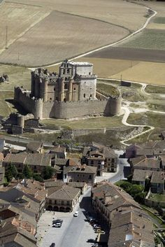 Holidays in Spain - exciting image Real Castles, Beautiful Castles, Beautiful Places, Chateau Medieval, Medieval Castle, Spain Holidays, Fantasy Castle, Castle Ruins, Fortification