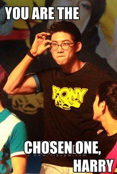 I love nerdy Taecyeon!!!!!