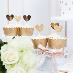Schöne Hochzeitsdeko von Blueboxtree | Friedatheres.com golden cupcake wrappers