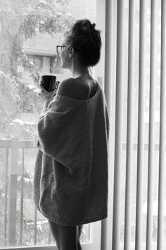 face à la fenêtre