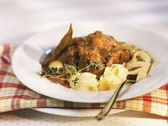 Ochsenschwanz mit Nudeln ist ein Rezept mit frischen Zutaten aus der Kategorie Rind. Probieren Sie dieses und weitere Rezepte von EAT SMARTER!