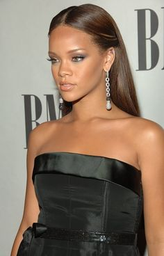 rihanna and riri Bild Rihanna Fenty, Rihanna Outfits, Rihanna Style, Young Rihanna, Rihanna Long Hair, Chestnut Brown Hair, Rihanna Hairstyles, Blonde Roots, Beauty Makeup