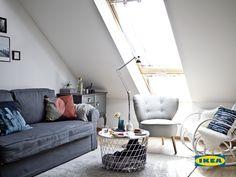 Когато искате дневната да е място с различни функции, най-доброто решение е да използвате мултифункционални мебели, които ви позволяват да вършите различни неща по различно време. През деня дневната на Силке е място за социализиране, украсено с лека и мултифункционална холна масичка, разтегателен диван и няколко кресла.