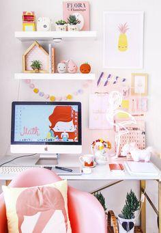 Foto de como decorar home office pequeno colorido com amigurimi, luminaria neon, flamingos, suculentas, unicornio e papelaria  blog do math    www.blogdomath.com.br  Insta @mathdoblog    Se usar, dê os créditos, por gentileza.  Vamos fazer da internet um espaço melhor