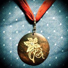 #collana composta da #medaglione di #legno e #nastro di #stoffa #rosso