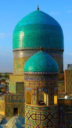 ↰✯↱lugares - Uzbekistan, Samarkand, Registan, Minaret of Tilla-Kari Madressa Islamic Architecture, Beautiful Architecture, Beautiful Buildings, Art And Architecture, Beautiful Mosques, Beautiful Places, Beautiful Pictures, Places Around The World, Around The Worlds