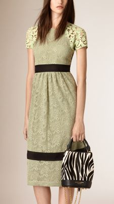 Kleid aus Makramee-Spitze mit Panels