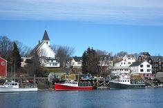 kittery, maine...picture here of our apartment and then the house behind it that we rented..next door to the Kittery Lobster Company...so much fun eating lobsters on the pier!
