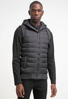 Éste us un chaleco para cuando es invierno. Me pongo cuando voy a la escuela. Es negro y su marca es Urban Classics. Encontré en la tienda de Zalando.