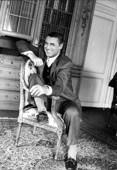 Cary Grant looking like he is up to mischief. that look of mischief on his face! Golden Age Of Hollywood, Vintage Hollywood, Hollywood Stars, Classic Hollywood, Hollywood Icons, Vintage Vogue, Hollywood Glamour, Cary Grant, Becoming An American Citizen