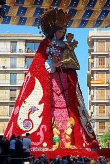 Las Fallas (15 a 19 de Marzo) - Valencia, España - La Virgen de los Desamparados engalanada con los ramos de flores ofrendados por las Comisiones Falleras.