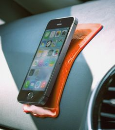 Placez ce mini-tapis en silicone sur le tableau de bord puis posez-y en toute sécurité tous vos appareils sans les voir voler partout dans la voiture.