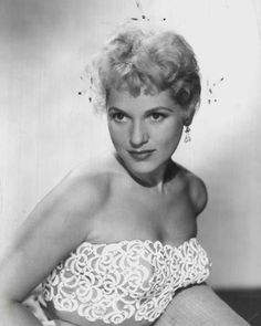 Judy Holliday She was hilariously funny, but few knew her IQ was very high. Intelligence, beauty and humor. Golden Age Of Hollywood, Hollywood Glamour, Hollywood Stars, Classic Hollywood, Old Hollywood, Jean Arthur, Classic Actresses, Actors & Actresses, Hollywood Actresses