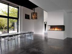 Une vision quasi intégrale de la flamme pour une cheminée moderne et épurée. Home Decor, Fireplace, Decor