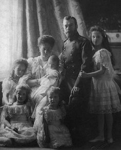 Nicolas, Alexandra et leurs cinq enfants en 1904.